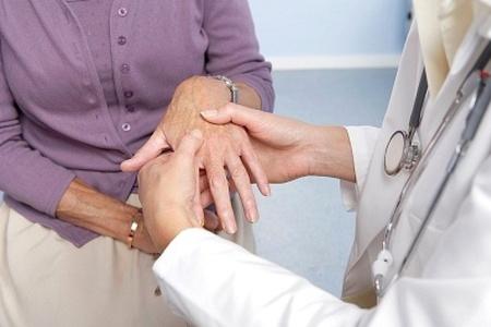 врач осматривает руку