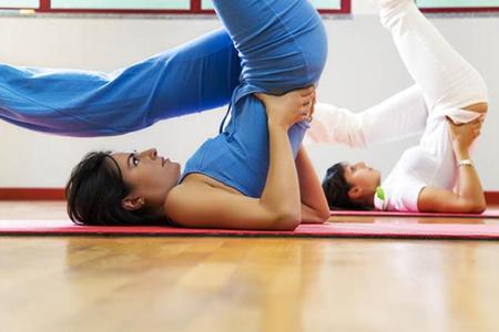 женщины занимаются гимнастикой
