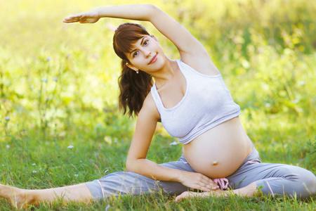 Беременная сидит