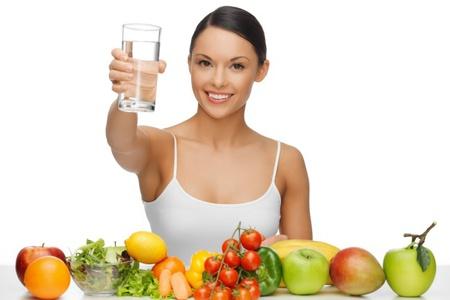 женщина держит стакан, фрукты