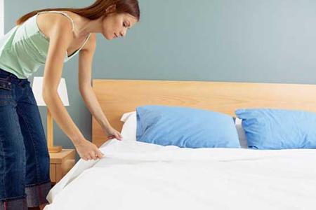 Девушка застилает кровать