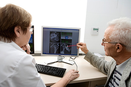 врач у компьютера