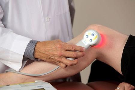 врач проводит процедуру на колене