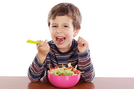 Мальчик кушает