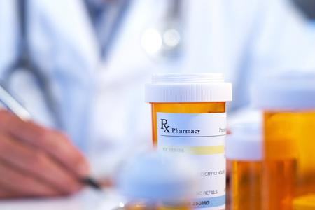 врач и флакон лекарства