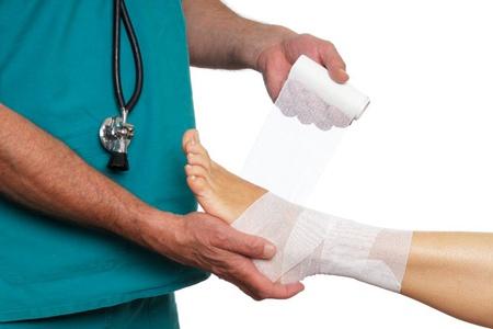 врач бинтует ногу