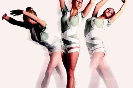 женщины танцуют