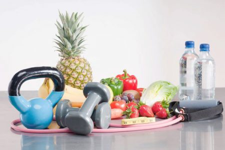 фрукты, бутылки с водой, гантели