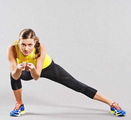 Девушка делает упражнения