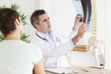 Доктор рассматривает снимок