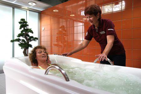 женщина принимает лечебную ванну