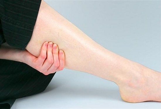 Чем лечить зуд ног ниже колен: причины и терапия
