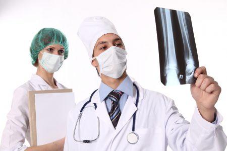 врач смотрит рентген