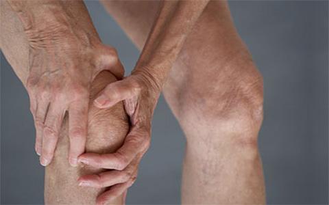 Почему болит под коленной чашечкой спереди при ходьбе и выпрямлении ноги