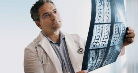 врачи смотрят рентген